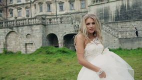 Gelukkig jong meisje in een huwelijkskleding die springen en stock video