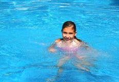 Gelukkig jong meisje in een pool Stock Fotografie
