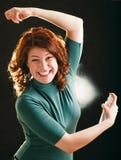 Gelukkig jong meisje met deodorant stock afbeeldingen