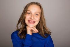 Gelukkig jong meisje met hand op kin royalty-vrije stock foto's