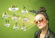 Gelukkig jong meisje met zonnebril die naar steden rond reizen Royalty-vrije Stock Foto