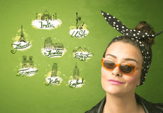 Gelukkig jong meisje met zonnebril die naar steden rond reizen Stock Afbeeldingen