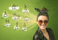 Gelukkig jong meisje met zonnebril die naar steden rond reizen Royalty-vrije Stock Foto's