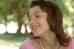 Gelukkig jong meisje in openlucht royalty-vrije stock fotografie