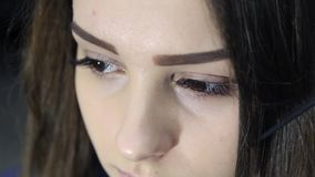 Gelukkig jong mooi de studioportret van de ogenvrouw met gezonde huid stock videobeelden