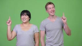 Gelukkig jong multi-etnisch paar die een idee hebben samen stock videobeelden
