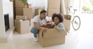 Gelukkig jong paar bewegend huis samen stock videobeelden