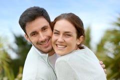 Gelukkig jong paar dat in openlucht omhelst stock afbeeldingen