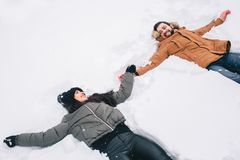 Gelukkig jong paar in de winter Familie in openlucht upwards en man en vrouw die kijken lachen Liefde, pret, seizoen en mensen royalty-vrije stock afbeeldingen