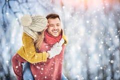 Gelukkig Jong Paar in de Winterpark die en pret hebben lachen Familie in openlucht stock fotografie