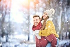 Gelukkig Jong Paar in de Winterpark die en pret hebben lachen Familie in openlucht royalty-vrije stock foto's