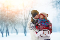 Gelukkig Jong Paar in de Winterpark die en pret hebben lachen Familie in openlucht stock foto's