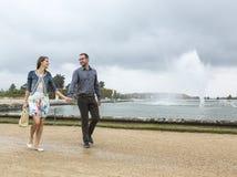 Gelukkig Jong Paar die in een Franse Tuin lopen stock fotografie
