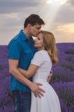 Gelukkig jong paar die elkaar kussen Royalty-vrije Stock Foto