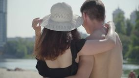 Gelukkig jong paar die en, de afstand weg koesteren bekijken die richten Minnaars die van weekends genieten bij hete zonnige de z stock video