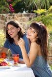 Gelukkig jong paar die in openlucht dineren stock foto's