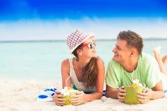 Gelukkig jong paar die pret in de avond hebben door het strand Royalty-vrije Stock Fotografie