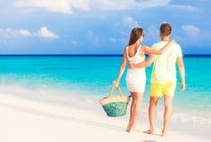 Gelukkig jong paar die pret hebben door het strand Stock Foto
