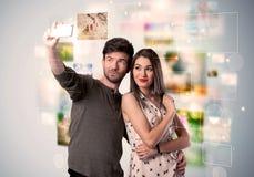 Gelukkig jong paar die selfie beelden nemen royalty-vrije stock afbeelding