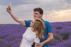 Gelukkig jong paar die selfie maken Royalty-vrije Stock Afbeeldingen