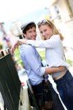 Gelukkig jong paar die in stad omhelzen Royalty-vrije Stock Foto's