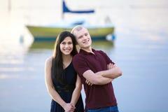 Gelukkig jong paar die tussen verschillende rassen zich door meer verenigen Royalty-vrije Stock Fotografie