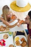 Gelukkig jong paar die van ontbijt in de keuken genieten Stock Foto's