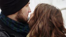 Gelukkig jong paar die veel lach omhelzen stock videobeelden
