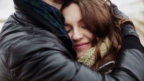 Gelukkig jong paar die veel lach omhelzen stock footage