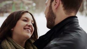 Gelukkig jong paar die veel lach omhelzen stock video
