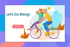 Gelukkig jong paar die voor een fietsrit gaan op een de zomerdag Stock Afbeelding