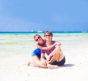 Gelukkig jong paar in heldere kleren in zonnebril Royalty-vrije Stock Foto's