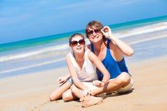 Gelukkig jong paar in heldere kleren in zonnebril Royalty-vrije Stock Afbeelding