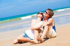 Gelukkig jong paar in heldere kleren in zonnebril Stock Afbeelding