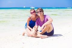 Gelukkig jong paar in heldere kleren in zonnebril Stock Afbeeldingen