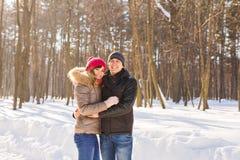 Gelukkig Jong Paar in het Park dat van de Winter pret heeft Familie in openlucht Liefde stock fotografie