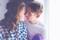 Gelukkig jong paar in liefde dicht bij elkaar die teder kussen Royalty-vrije Stock Foto's