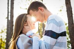 Gelukkig jong paar in liefde het koesteren Het park dateert in openlucht Houdend van Paar Stock Fotografie