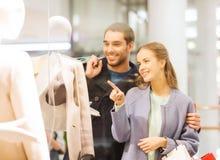 Gelukkig jong paar met het winkelen zakken in wandelgalerij Stock Afbeeldingen