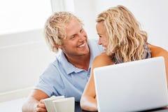 Gelukkig jong paar met laptop Stock Foto's