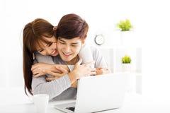 Gelukkig jong Paar met Laptop in woonkamer stock foto's