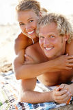 Gelukkig jong paar op het strand Stock Foto