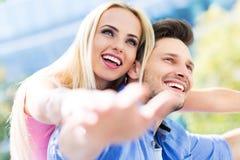 Gelukkig jong paar in openlucht Royalty-vrije Stock Afbeelding