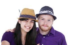 Gelukkig jong paar tussen verschillende rassen in purpere overhemden Royalty-vrije Stock Foto's