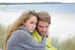 Gelukkig jong paar in zandduin die pret hebben Familie in openlucht - de herfst, warme kleren, strand Stock Foto