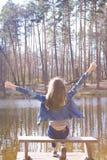 Gelukkig jong tienermeisje dichtbij bosmeer royalty-vrije stock afbeeldingen
