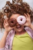 Gelukkig jong tienermeisje met doughnutbeschermende bril het lachen stock foto's