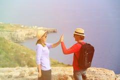 Gelukkig jong toeristenpaar die in bergen wandelen Stock Foto's