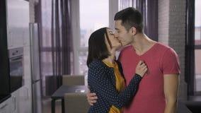 Gelukkig jong volwassenenpaar die nieuw huissleutels schudden stock footage