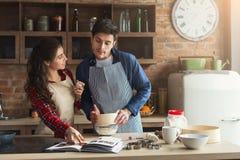 Gelukkig jong vrouw en man baksel in zolderkeuken royalty-vrije stock foto's